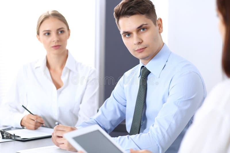 Grupo de hombres de negocios o de abogados que discuten términos de la transacción en oficina Concepto de la reunión y del trabaj imágenes de archivo libres de regalías