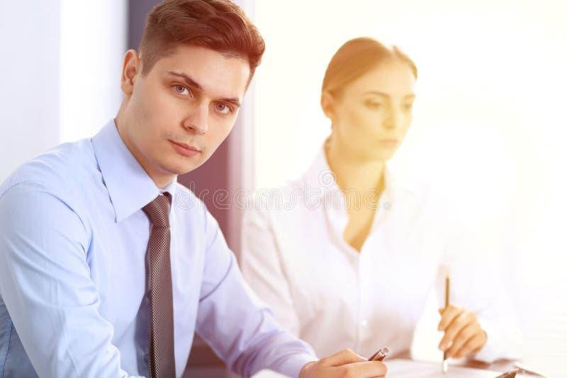 Grupo de hombres de negocios o de abogados que discuten términos de la transacción en oficina Concepto de la reunión y del trabaj foto de archivo