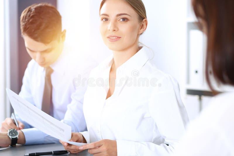 Grupo de hombres de negocios o de abogados que discuten términos de la transacción en oficina Concepto de la reunión y del trabaj imagen de archivo libre de regalías