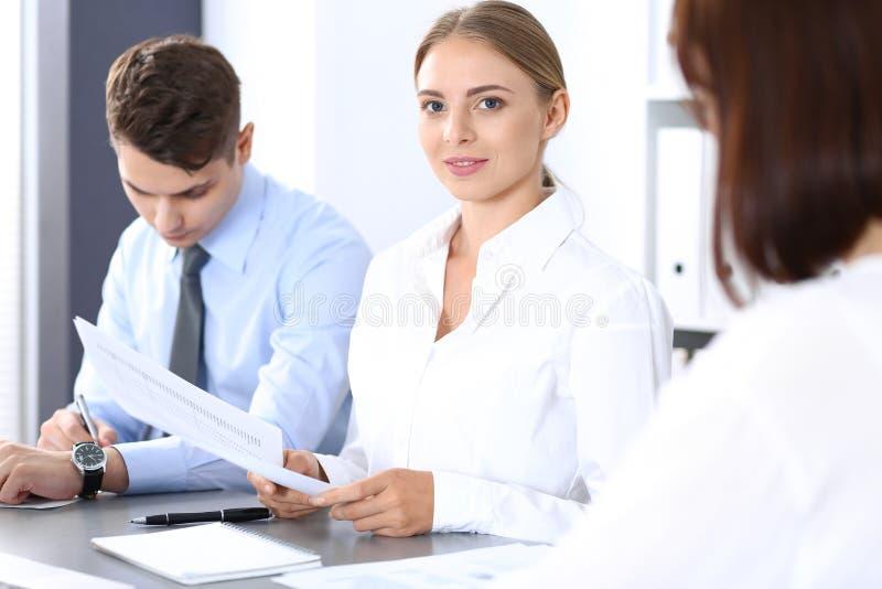 Grupo de hombres de negocios o de abogados que discuten términos de la transacción en oficina Concepto de la reunión y del trabaj imagenes de archivo