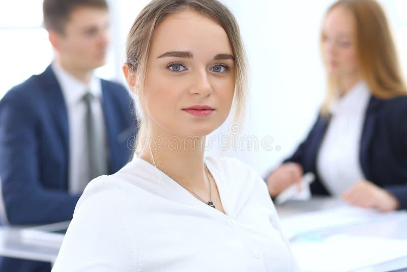 Grupo de hombres de negocios o de abogados que discuten términos de la transacción en oficina Foco en la mujer de negocios joven  fotografía de archivo libre de regalías