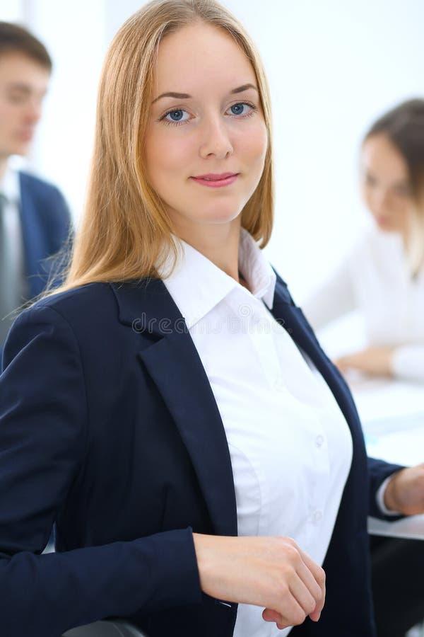 Grupo de hombres de negocios o de abogados que discuten términos de la transacción en oficina Foco en la mujer de negocios joven  imágenes de archivo libres de regalías