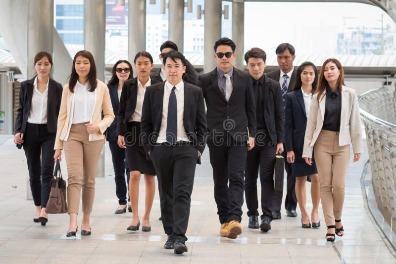 Grupo de hombres de negocios que caminan así como confiado Ellos f fotografía de archivo libre de regalías