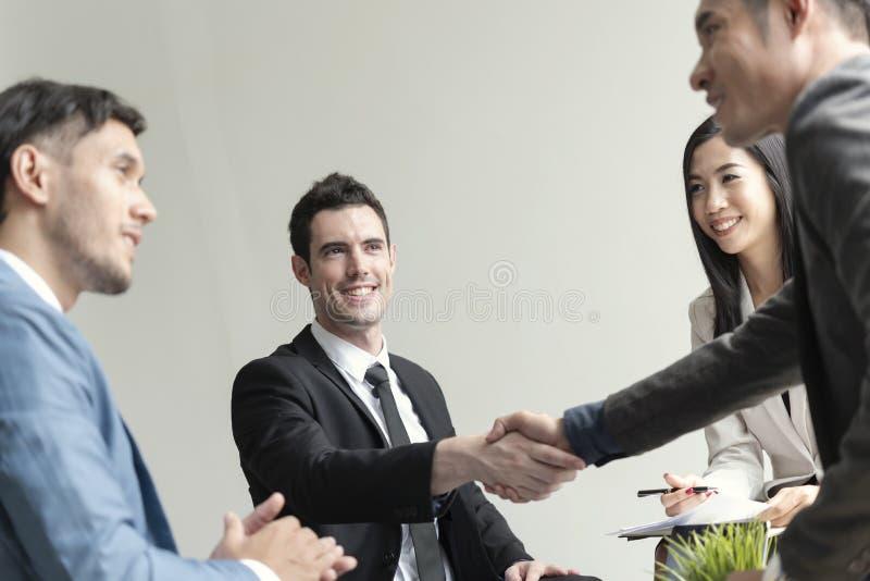 Grupo de hombres de negocios que hacen el acuerdo del apret?n de manos socio del concepto al negocio imágenes de archivo libres de regalías