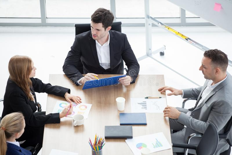 Grupo de hombres de negocios que hacen frente a conferencia en oficina equipo de comercialización que se inspira el trabajo en eq imagen de archivo