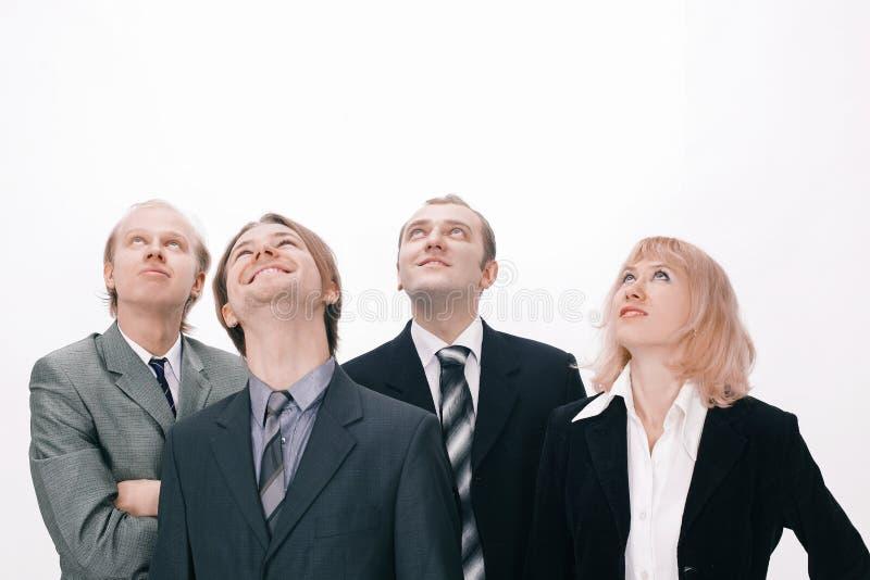 Grupo de hombres de negocios que miran el espacio de la copia fotos de archivo