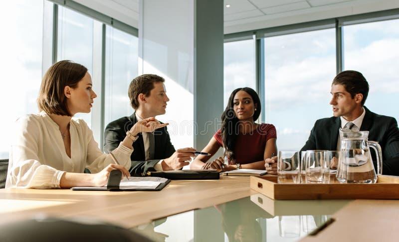 Grupo de hombres de negocios que se encuentran en sala de juntas imagen de archivo libre de regalías