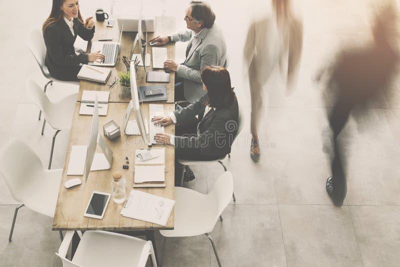 Grupo de hombres de negocios que trabajan en oficina imagen de archivo libre de regalías