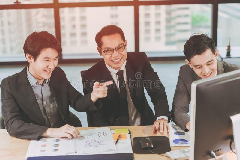 Grupo de hombres de negocios que trabajan junto en la sonrisa feliz del escritorio fotos de archivo
