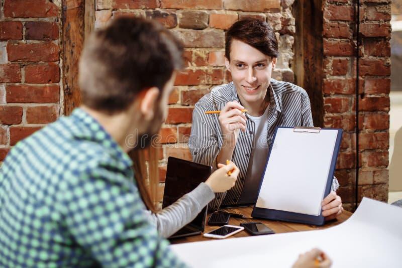 Grupo de hombres de negocios y de diseñadores jovenes Ellos que trabajan en nuevo proyecto Concepto de lanzamiento imagenes de archivo