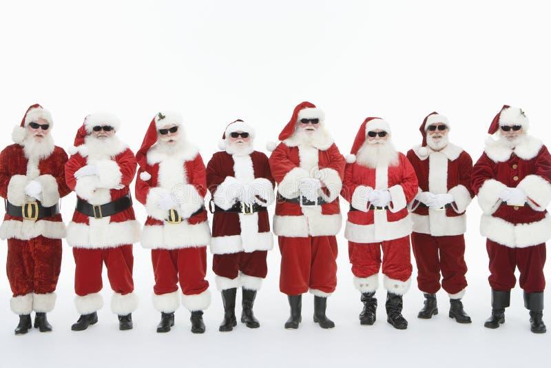 Grupo de hombres vestidos en Santa Claus Outfits imagenes de archivo