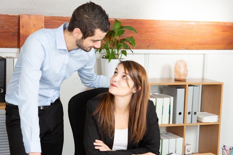 Grupo de homem de negócios novo da mulher de negócios que trabalha como a equipe na mesa de escritório fotos de stock royalty free