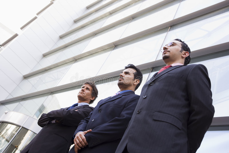 Grupo de homens de negócios fora do escritório fotos de stock royalty free