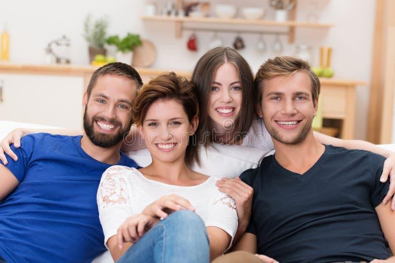 Grupo de homens novos e de mulheres felizes fotos de stock royalty free