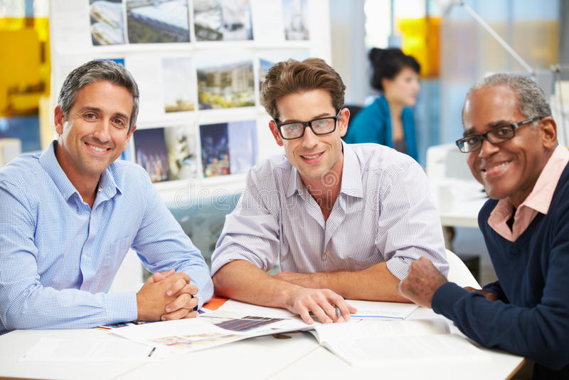 Grupo de homens que encontram-se no escritório criativo fotos de stock