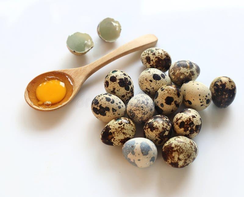 Grupo de huevos de codornices en el fondo blanco imágenes de archivo libres de regalías
