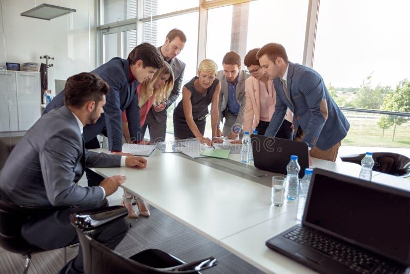 Grupo de ideia planejando dos povos incorporados na reunião de negócios imagem de stock