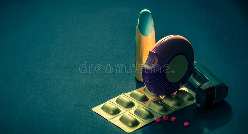 Grupo de inalador da asma, de accuhaler e de comprimidos da anti-alergia para a asma do tratamento Controlador da asma, imagem de stock royalty free