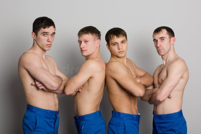 Grupo de individuos jovenes con las carrocerías musculares foto de archivo libre de regalías