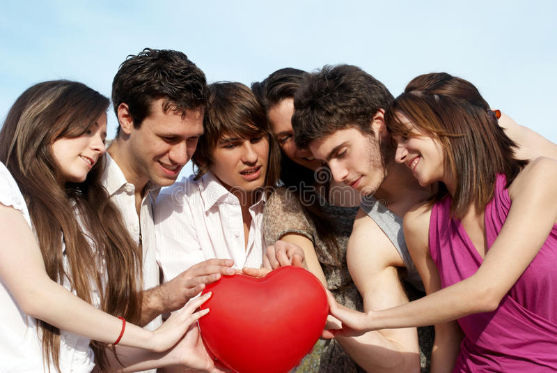 Grupo de individuos jovenes y de muchachas al aire libre imágenes de archivo libres de regalías