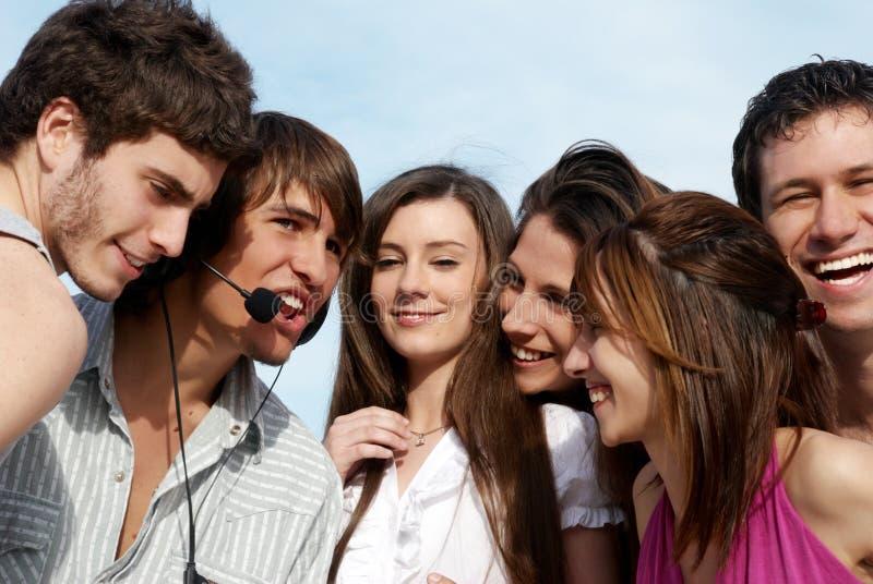 Grupo de individuos y de muchachas jovenes en parque imagen de archivo libre de regalías