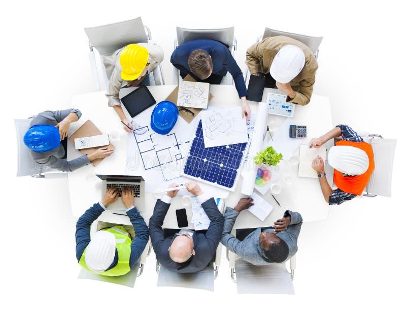 Grupo de ingenieros que planean en una reunión imagen de archivo