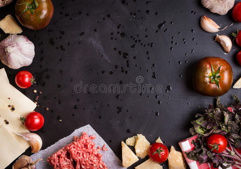 Grupo de ingredientes para a lasanha italiana imagem de stock