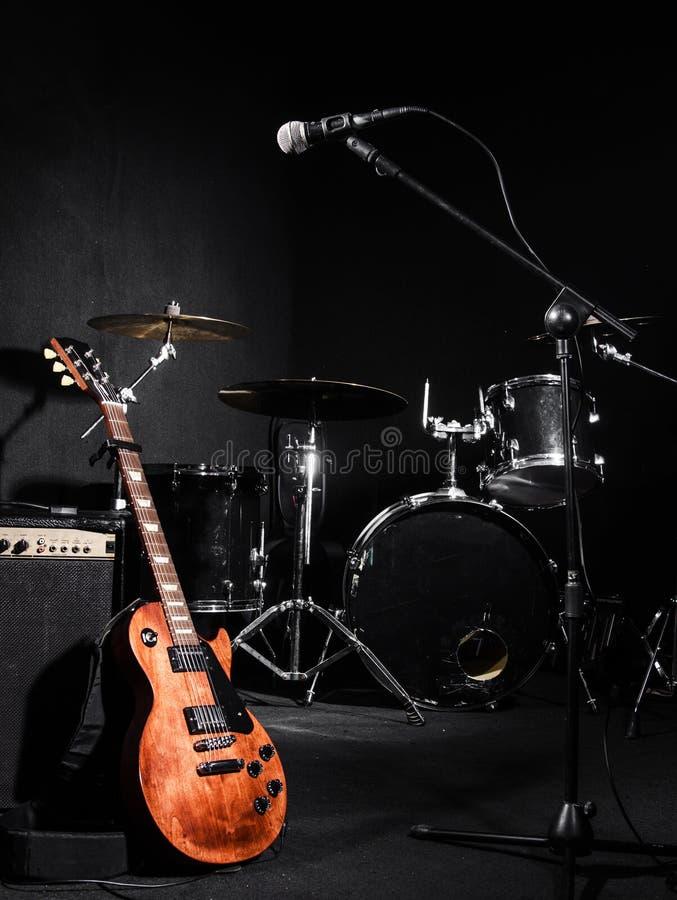 Grupo de instrumentos musicais fotos de stock