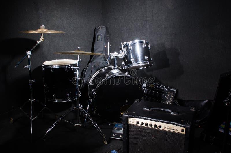 Grupo de instrumentos musicais no clube imagens de stock royalty free