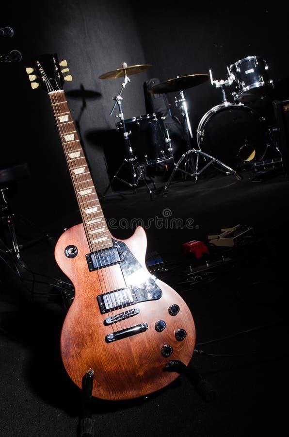 Grupo de instrumentos musicais no clube fotos de stock