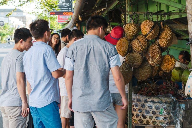 Grupo de jóvenes asiáticos que viajan fotos de archivo