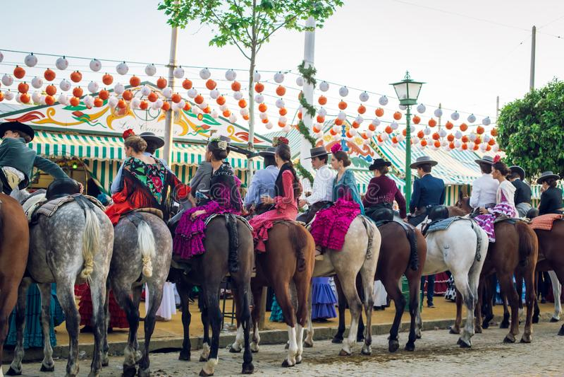 Grupo de jinetes a caballo en April Fair, Sevilla Feria de Sevilla justa foto de archivo libre de regalías