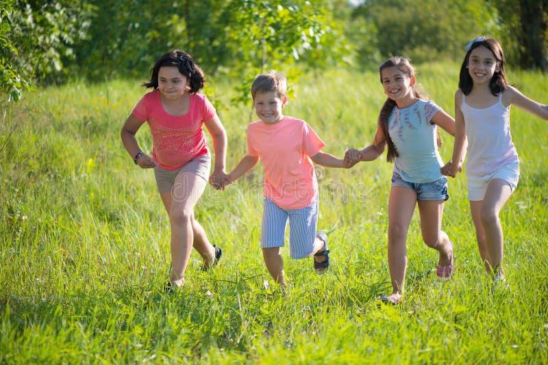 Grupo de jogo feliz das crianças fotos de stock
