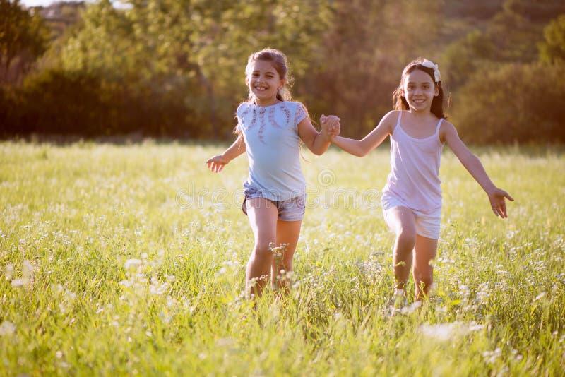 Grupo de jogo feliz das crianças fotos de stock royalty free