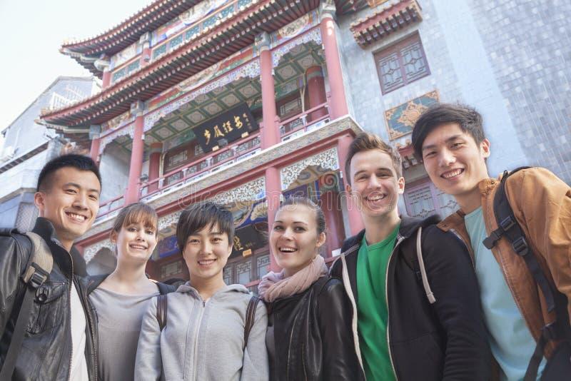 Grupo de jovens com arquitetura chinesa no fundo, retrato. foto de stock royalty free