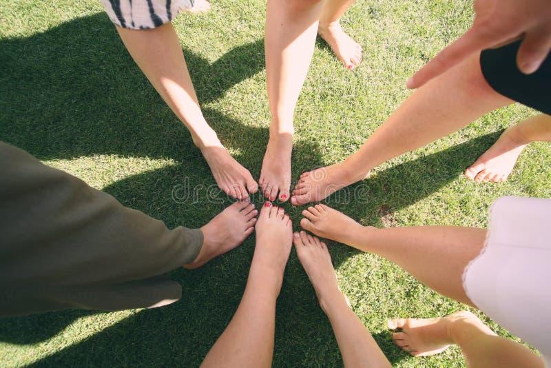 Grupo de jovens com os pés descalços fotos de stock