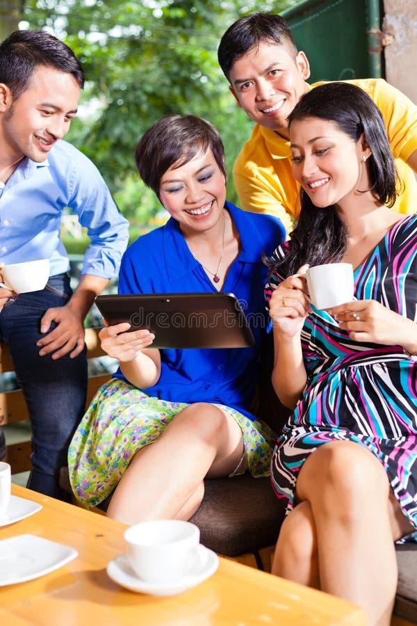 Grupo de jovens em uma cafetaria asiática fotos de stock