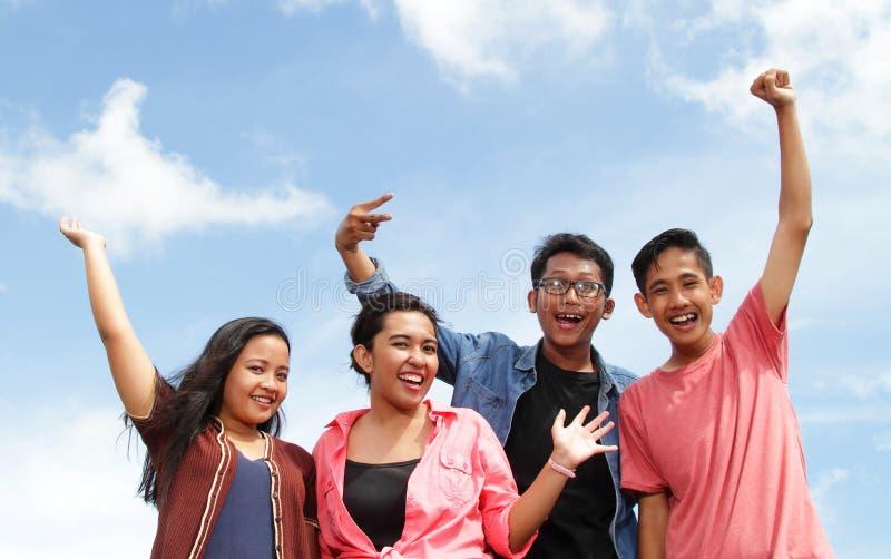 Grupo de jovens felizes imagem de stock royalty free