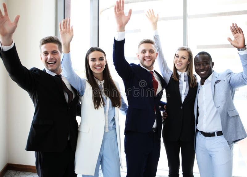 Grupo de jovens felizes imagem de stock
