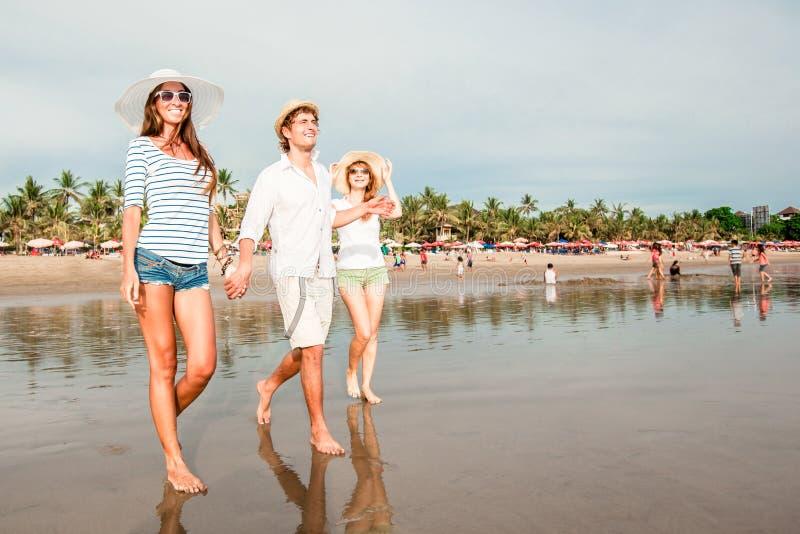 Grupo de jovens felizes que andam ao longo do imagens de stock royalty free
