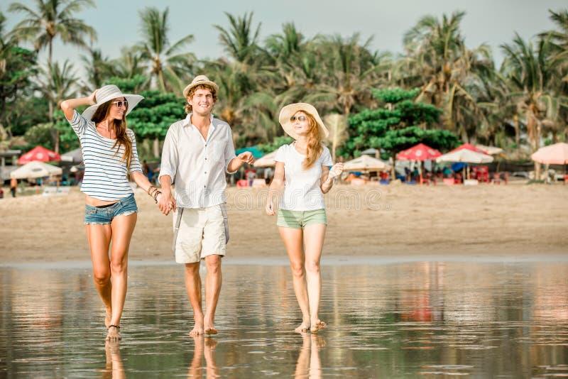 Grupo de jovens felizes que andam ao longo do fotografia de stock royalty free