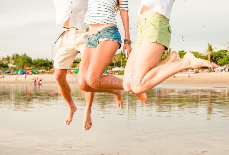 Grupo de jovens felizes que têm o divertimento no foto de stock