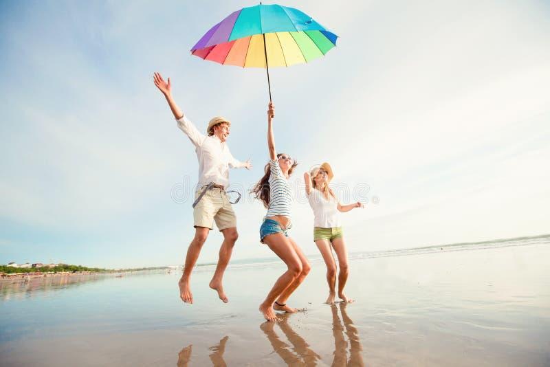 Grupo de jovens felizes que têm o divertimento no fotografia de stock