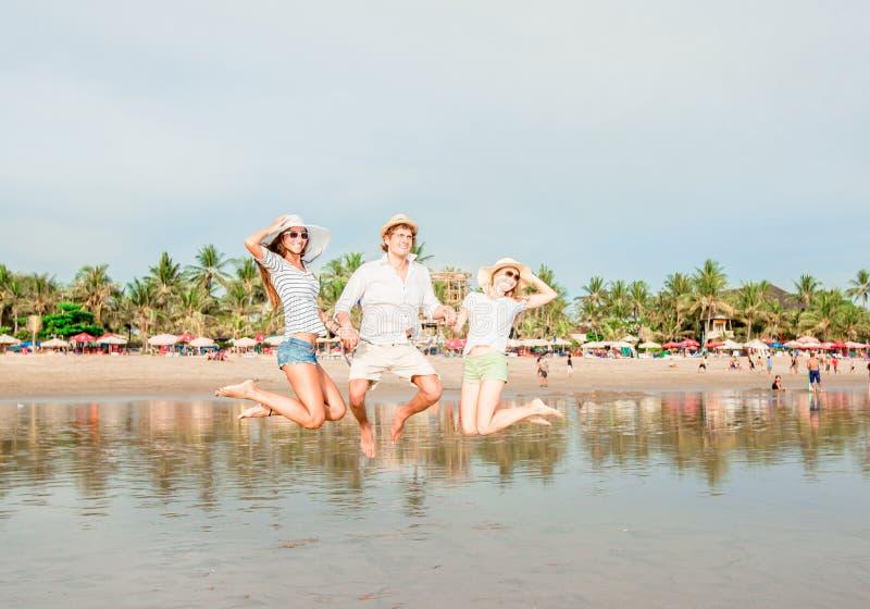 Grupo de jovens felizes que têm o grande tempo sobre fotografia de stock royalty free