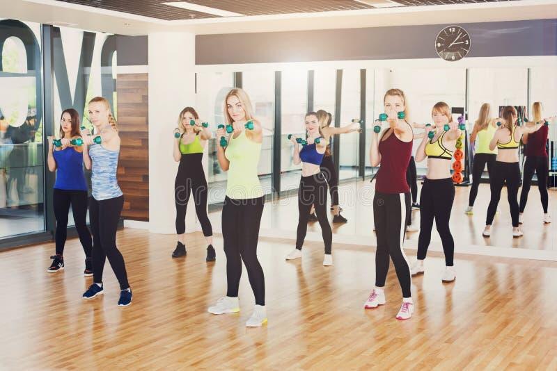 Grupo de jovens mulheres na classe da aptidão, ginástica aeróbica fotos de stock