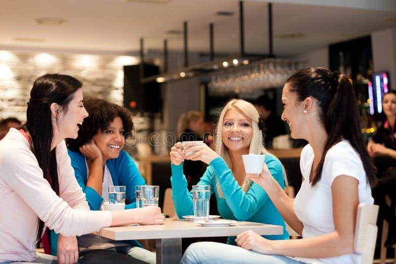 Grupo de jovens mulheres na ruptura de café fotografia de stock