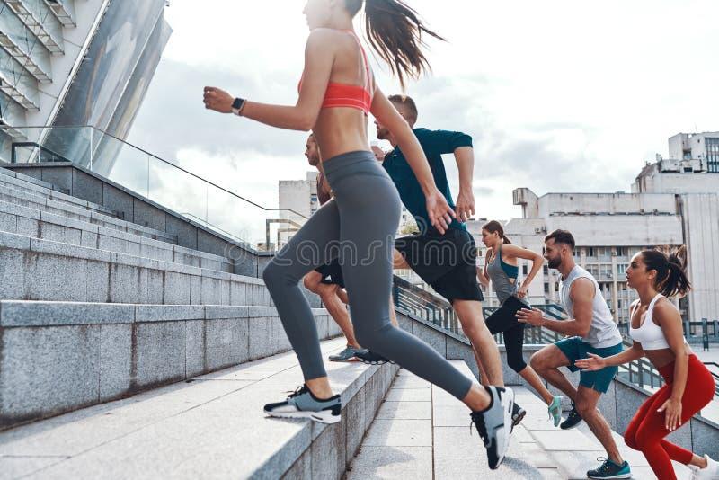 Grupo de jovens na roupa dos esportes fotografia de stock royalty free