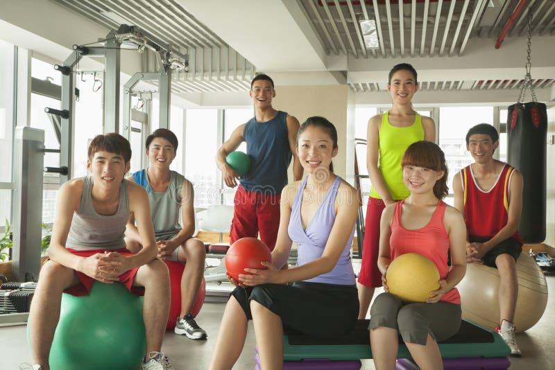 Grupo de jovens no gym, retrato foto de stock