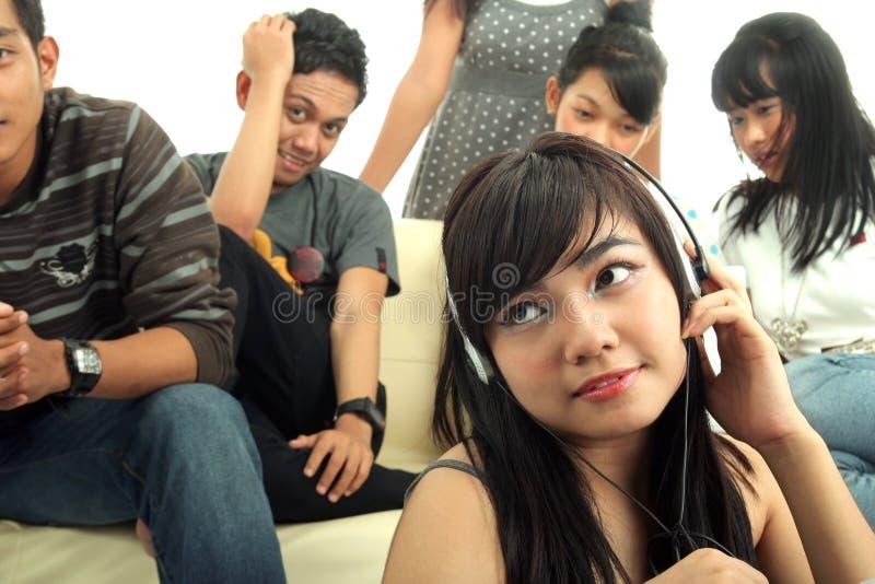 Grupo de jovens no sofá imagem de stock royalty free