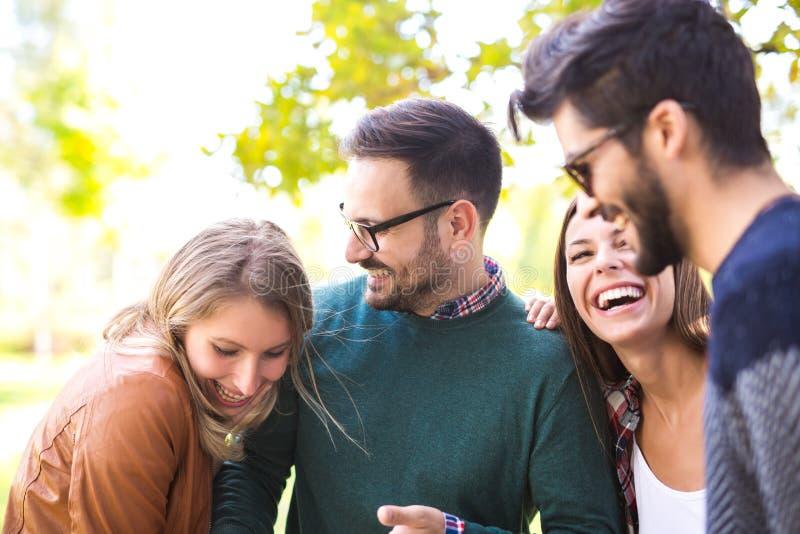 Grupo de jovens que andam através do parque foto de stock royalty free